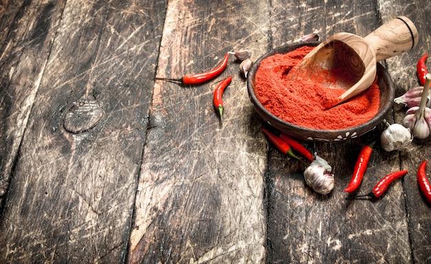 Pimenta vermelha moída em uma tigela com alho