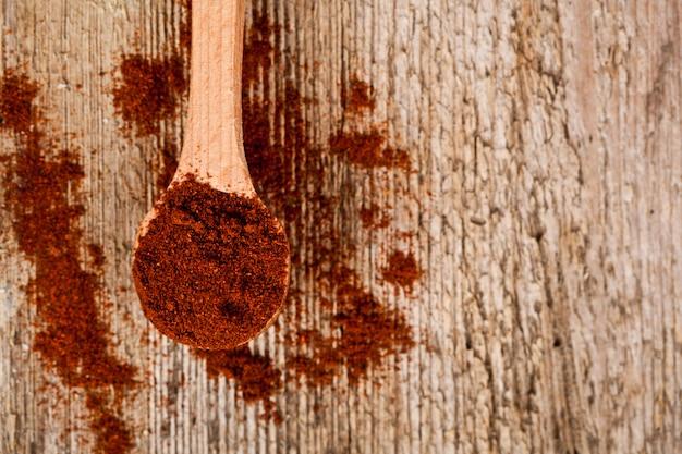 Pimenta vermelha moída na colher de pau
