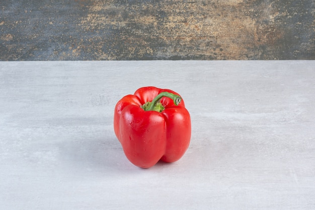 Pimenta vermelha orgânica em fundo de mármore. foto de alta qualidade