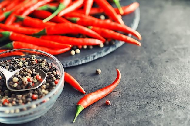 Pimenta vermelha picante. pimenta chilena em um fundo preto.