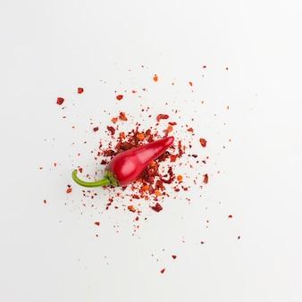 Pimenta vermelha plana leigos e sementes na mesa