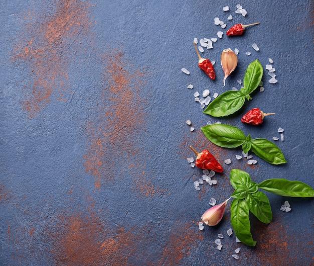 Pimenta vermelha, sal, alho e manjericão