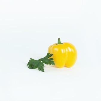 Pimentão amarelo e um raminho de salsa