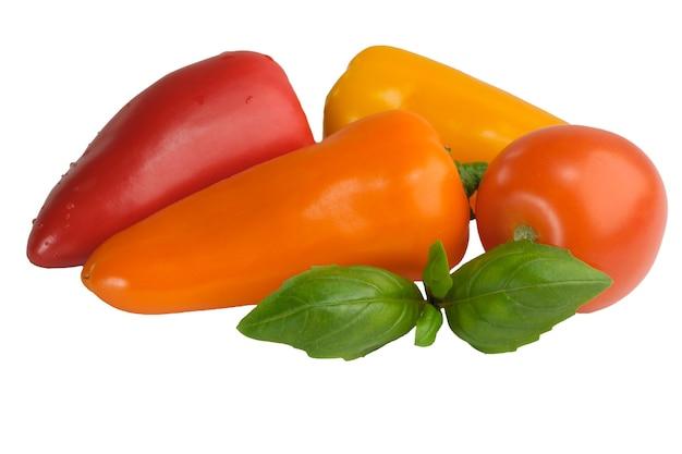 Pimentão doce e close-up de tomate isolado no fundo branco