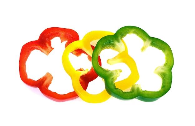 Pimentão fatiado vermelho, amarelo e verde isolado no fundo branco