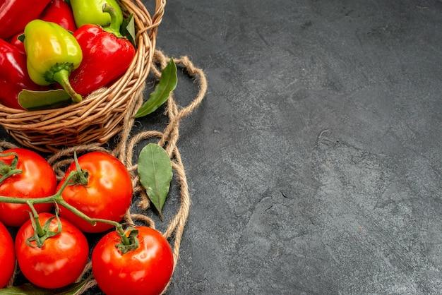 Pimentão fresco com tomate vermelho, vista frontal