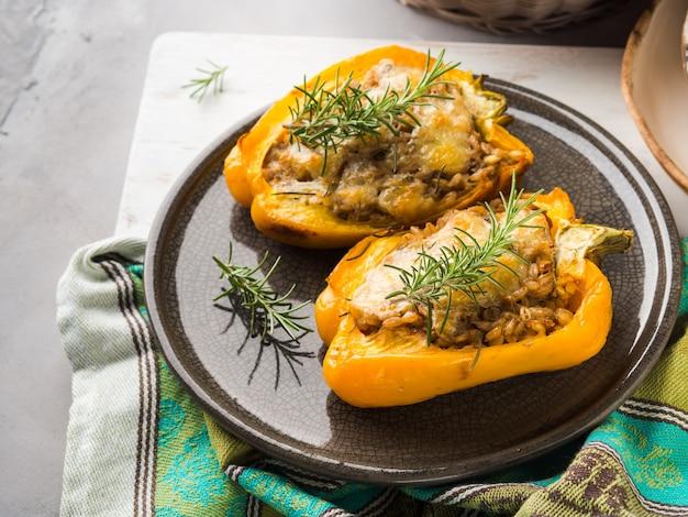 Pimentão recheado com cevada e carne