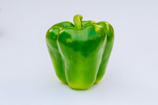Pimentão verde fresco em um fundo branco.