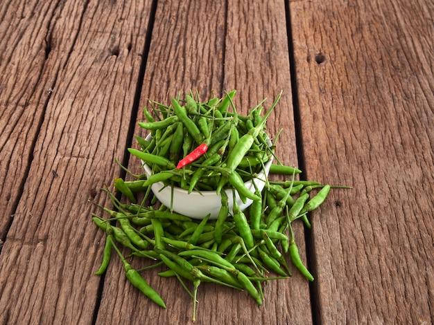 Pimentão vermelho e pimenta verde em uma tigela branca