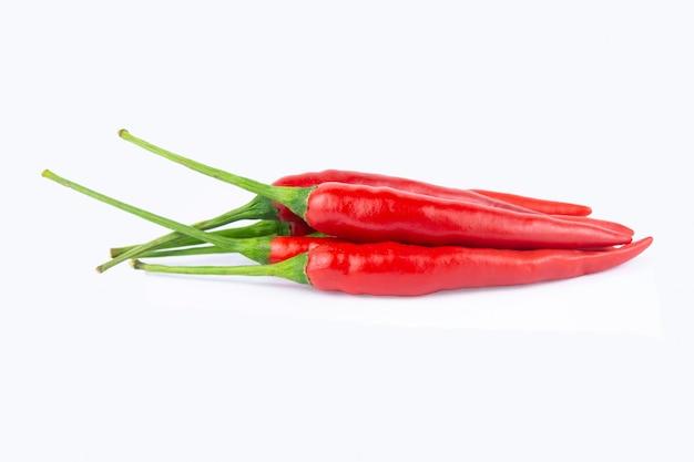Pimentão vermelho ou pimenta isolada no branco com traçado de recorte
