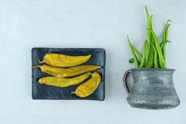 Pimentas frescas da caneca clássica com pimentas em conserva.