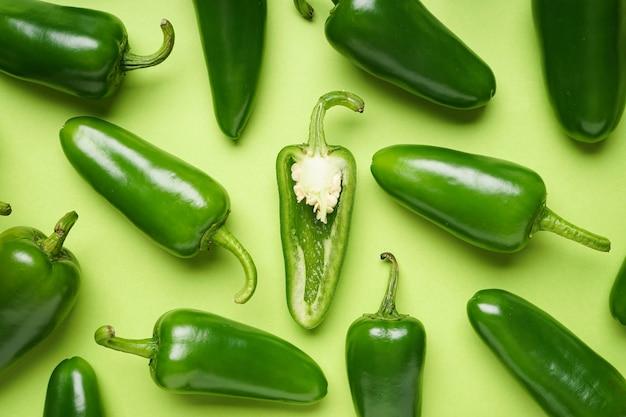 Pimentas jalapeno, sobre um fundo verde claro, vista superior. fechar-se.
