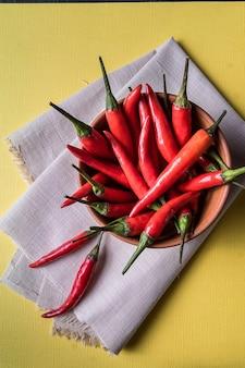 Pimentas malagueta vermelha em tigela de barro