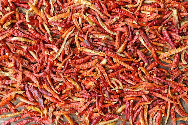 Pimentas malagueta vermelha secas na cesta de bambu tecer