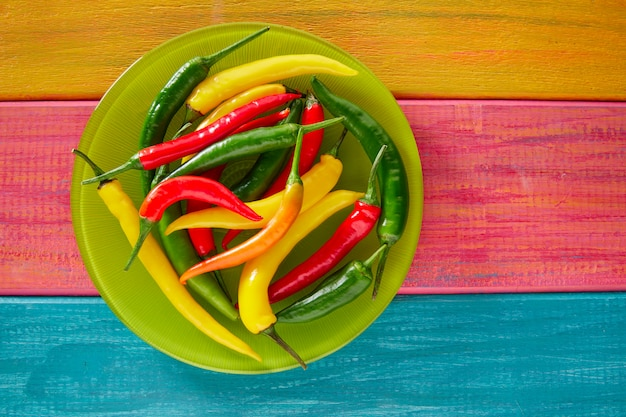 Pimentas mexicanas coloridas na mesa de madeira