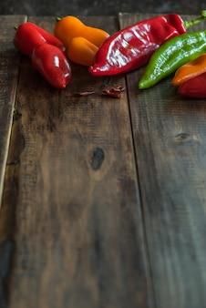 Pimentas na mesa de madeira