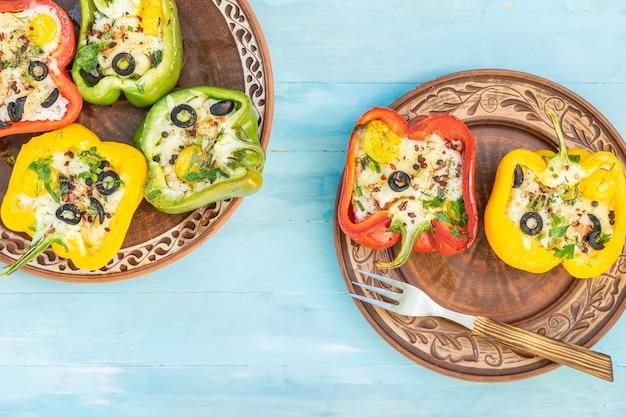 Pimentas recheadas com arroz e queijo comida vegetariana fundo de madeira vista superior