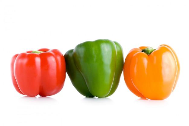 Pimentas sobre fundo branco