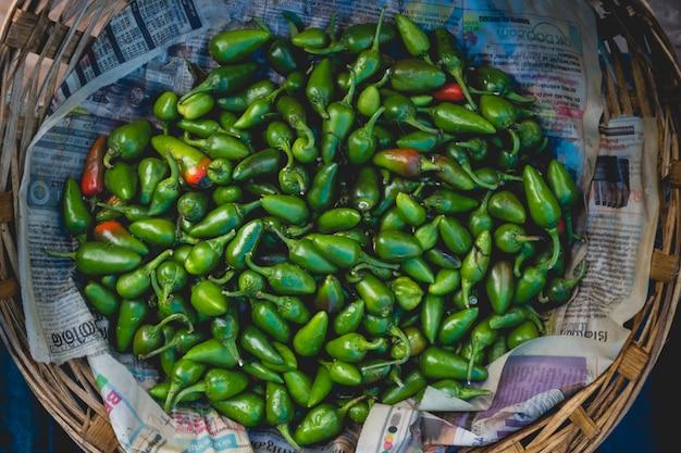 Pimentas verdes em uma cesta