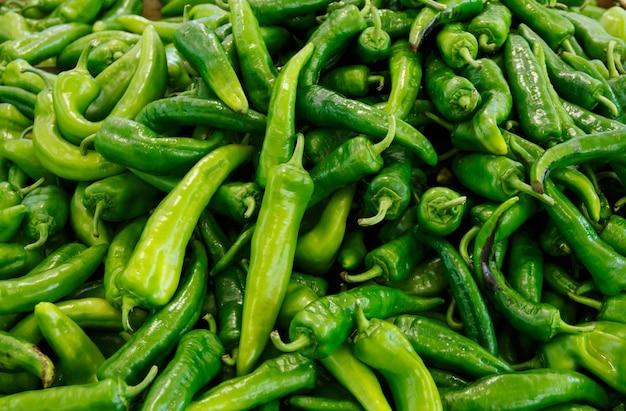 Pimentas verdes frescas chamadas friggitelli em um mercado de fazendeiros