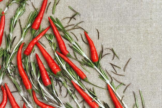 Pimentas vermelhas dobradas sob a forma de um ramo em um material de serapilheira natural. foco seletivo e espaço de cópia.