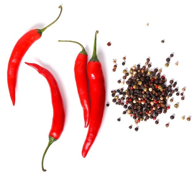 Pimentas vermelhas e grãos de pimenta