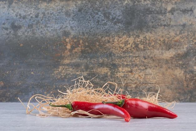 Pimentas vermelhas em fundo de pedra. foto de alta qualidade