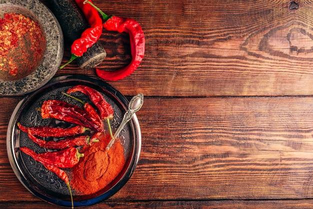 Pimentas vermelhas frescas, secas e moídas