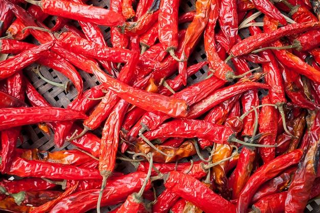 Pimentas vermelhas na natureza seca para o fundo
