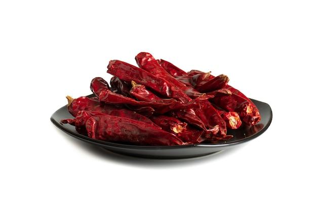 Pimentas vermelhas secas em fundo branco