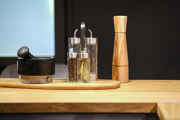 Pimenteiro de pilão e almofariz e moinho na mesa