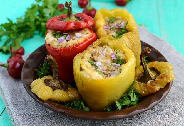 Pimentões amarelos e vermelhos recheados com carne picada e arroz