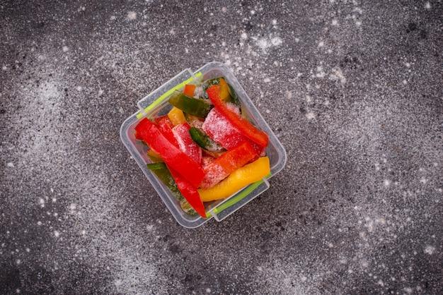 Pimentões coloridos em fatias congelados