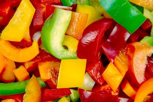 Pimentões coloridos fatiados. alimentos saudáveis com vitaminas.
