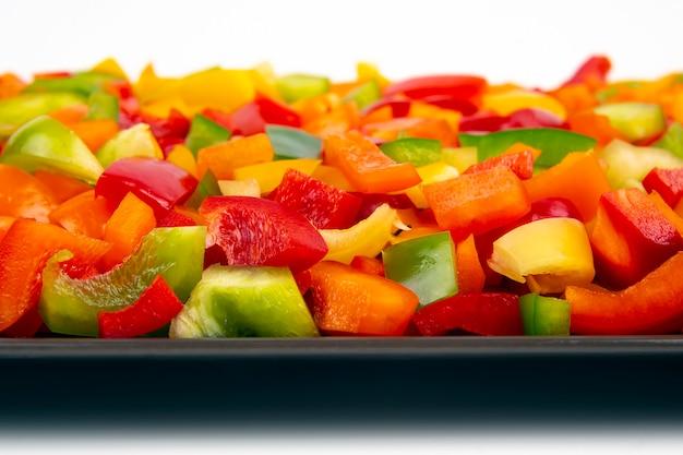 Pimentões coloridos fatiados em um prato. alimentos saudáveis com vitaminas.