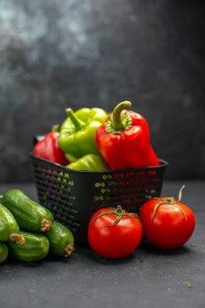 Pimentões frescos com legumes em fundo escuro dieta alimentar saudável salada refeição