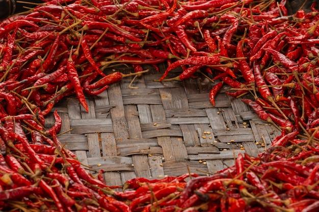 Pimentões secos vermelhos colocados no espaço no tecido.