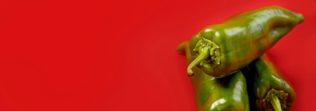 Pimentões verdes orgânicos com espaço de cópia
