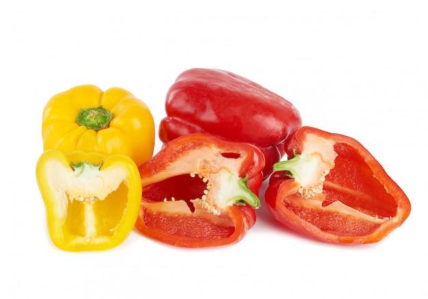 Pimentões vermelhos e amarelos em branco