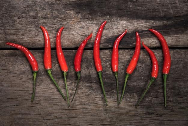 Pimentões vermelhos no fundo da mesa de madeira escura. conceito de comida