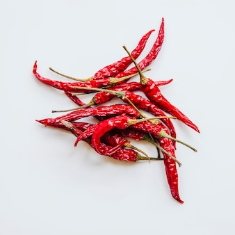 Pimentões vermelhos secos no fundo branco