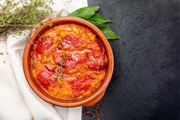 Pimentos (del piquillo) recheados com carne ou peixe. pimentos vermelhos assados e recheios feitos em casa. receita de comida espanhola e dieta mediterrânea. com molho delicioso para espalhar o pão.