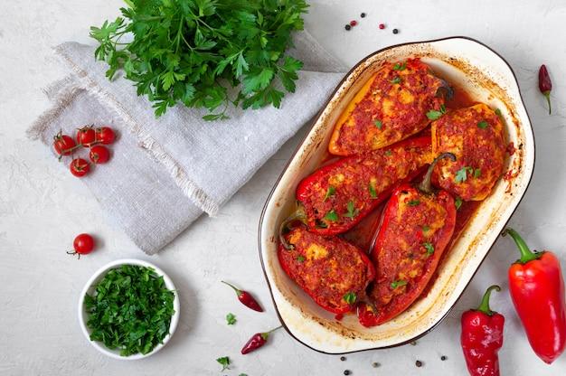 Pimentos dietéticos recheados com frango e tomate. prato simples e saboroso. a vista de cima