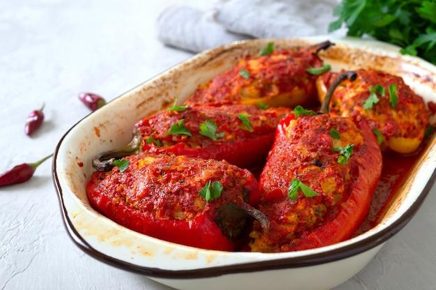 Pimentos dietéticos recheados com frango e tomate. prato simples e saboroso.