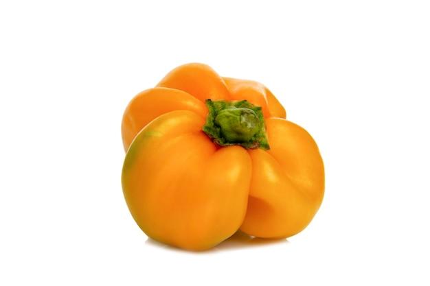 Pimentos doces amarelos de forma invulgar. nova colheita. saúde e vitaminas da natureza. fechar-se. isolado em um fundo branco.