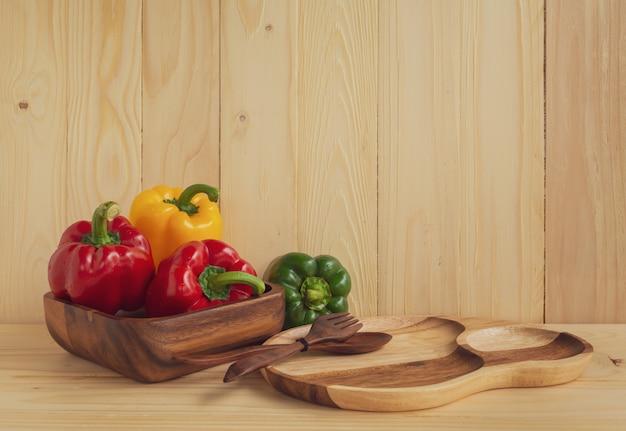 Pimentos doces no fundo da mesa de madeira