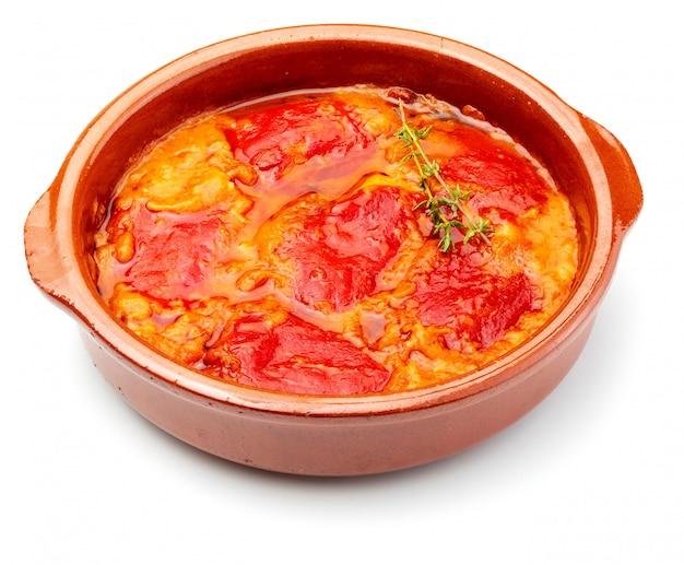 Pimentos isolados (del piquillo) recheados com carne ou peixe. pimentos vermelhos assados e recheios feitos em casa.