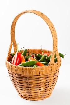 Pimentos jalapeno em uma cesta