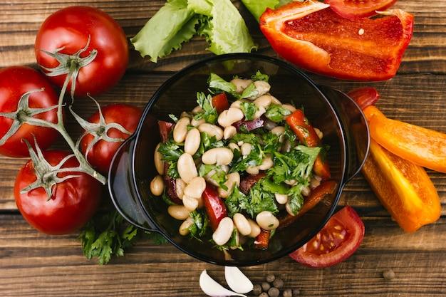 Pimentos, tomates e vista superior de comida mexicana