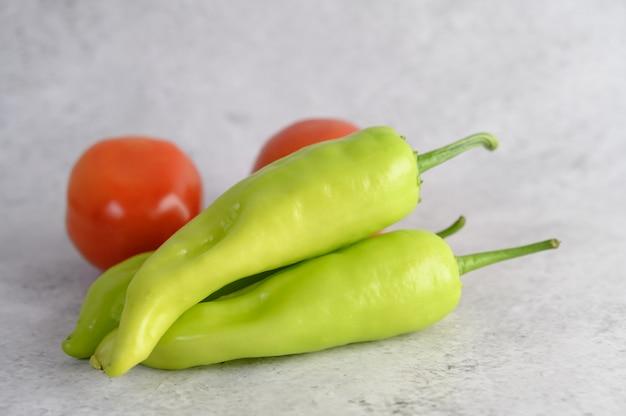 Pimentos verdes e tomate fresco